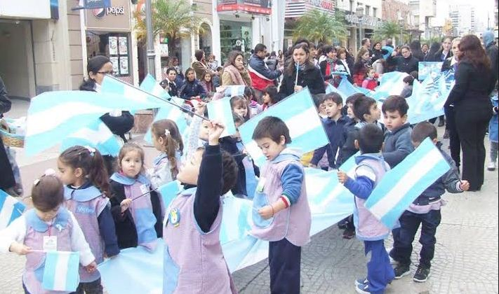 niños con banderitas