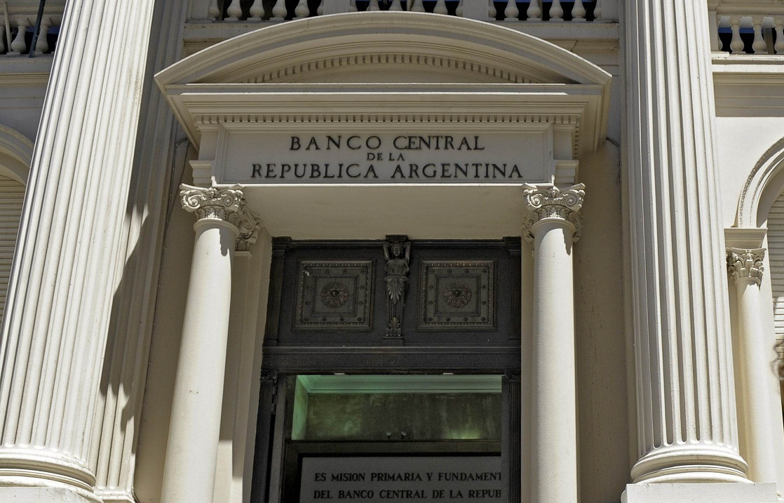 Policeman guard the main entrance of Argentina's Central Bank in Buenos Aires on January 25, 2010. Argentinian Central Bank president Martin Redrado, was stopped by the police when he tried to enter the building. Despite the bank's constitutional autonomy, President Cristina Fernandez de Kirchner had ordered the sacking of Redrado for refusing the government access to billions of dollars to pay down the national debt, but although her order was overturned by Argentina's courts, the government sees vice president Miguel Pesce as the provisional president.  AFP PHOTO/Juan Mabromata