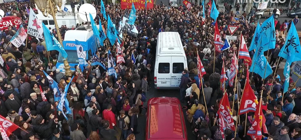 Hebe rodeada de manifestantes