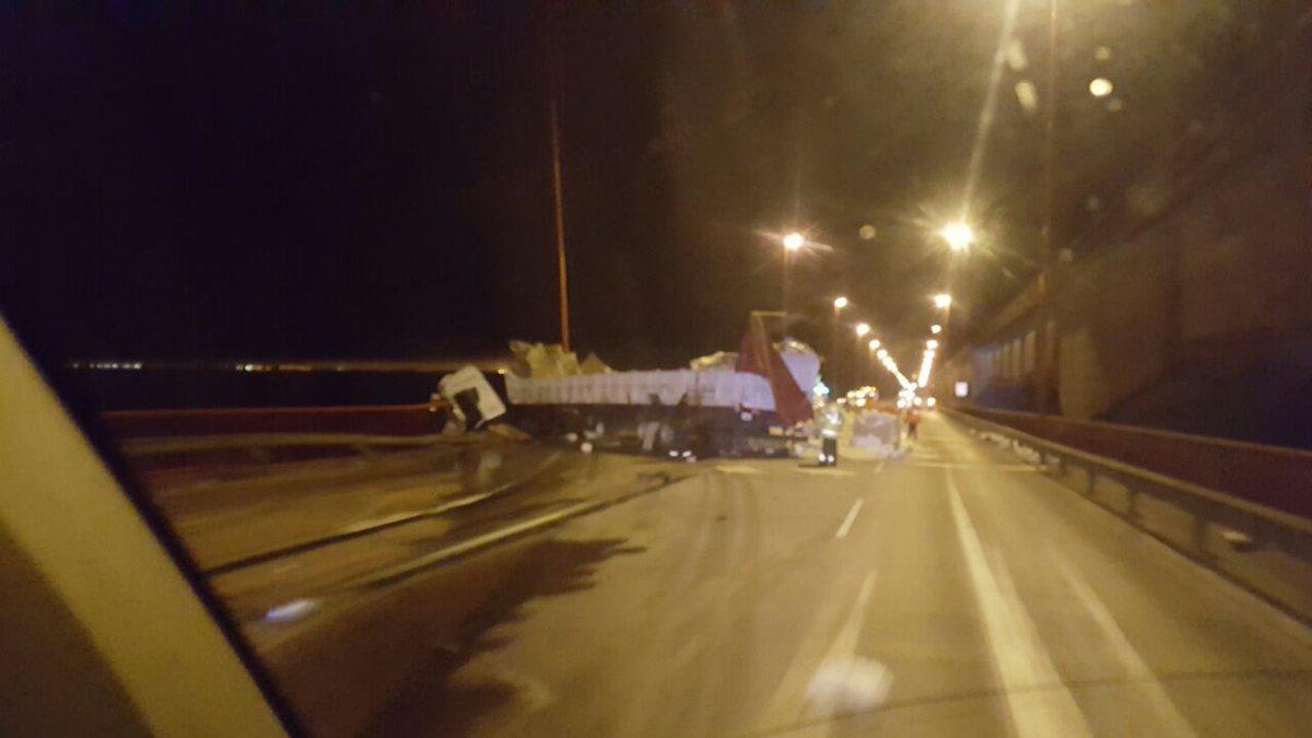 camion colgado puente zarate