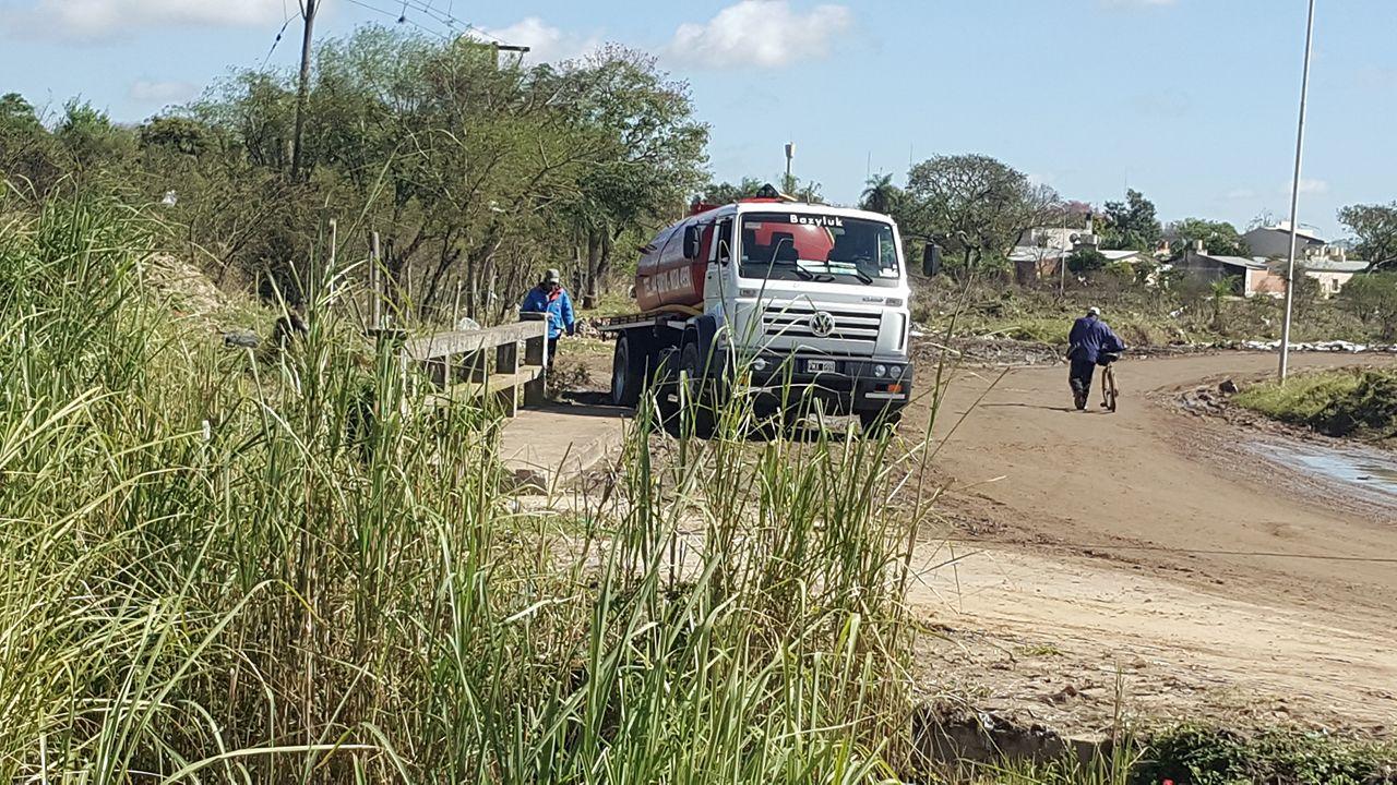 camion de desagote en barrio rio parana