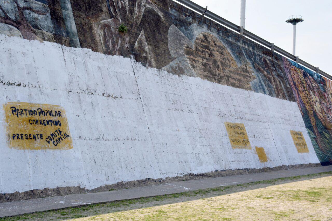 mural-de-la-correntinidad-con-pintadas-politicas