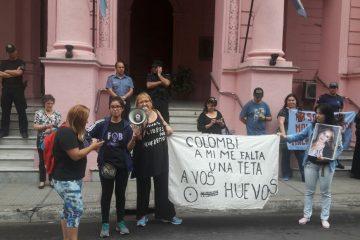 Con una desafiante bandera, una mujer hizo notar su descontento con el veto provincial a la ley de reconstrucción mamaria para pacientes con cáncer sin obra social.