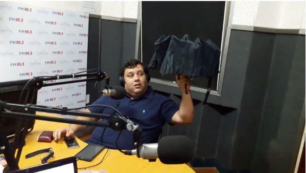 nelson-abre-un-paraguas-bajo-techo