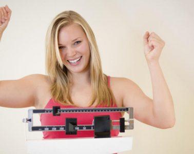 bajando-peso-balanza-rubia