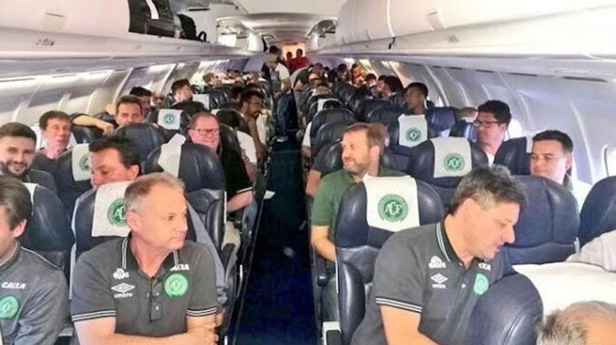 La delegación del Chapecoense dentro del avión.