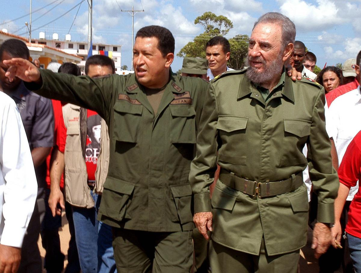 """HAB14 - LA HABANA (CUBA), 22/08/05.- Los presidentes de Cuba y Venezuela, Fidel Castro (dcha.) y Hugo Chávez (izda.), respectivamente, caminan por las calles del poblado de Sandino, en la provincia occidental de Pinar del Río (Cuba), 200 kilómetros al oeste de La Habana, donde se realizó hoy, domingo 21 de agosto, el programa televisivo de Chávez titulado """"Aló presidente"""". EFE/José Tito Meriño/Prensa Latina"""