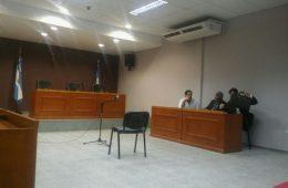 El acusado y sus abogados estuvieron presentes antes de la postergación.