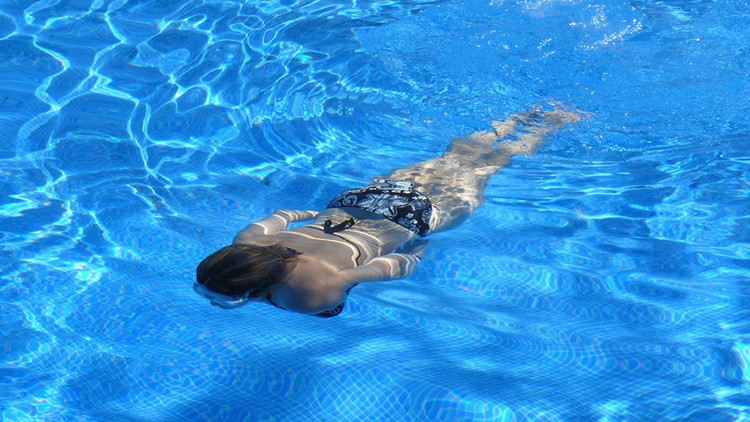 mujer-nadando