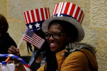 mujer-negra-banderitas-americanas