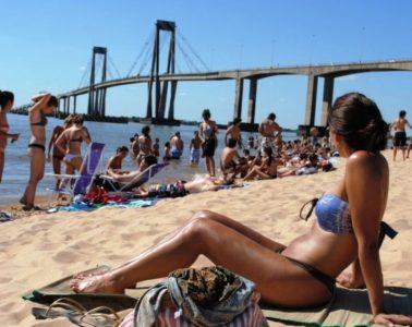 mujer-tomando-sol-playa-arazaty