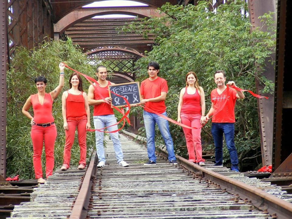El equipo del Programa VIH/Sida del Laboratorio Central, posando para una campaña alentando el testeo.