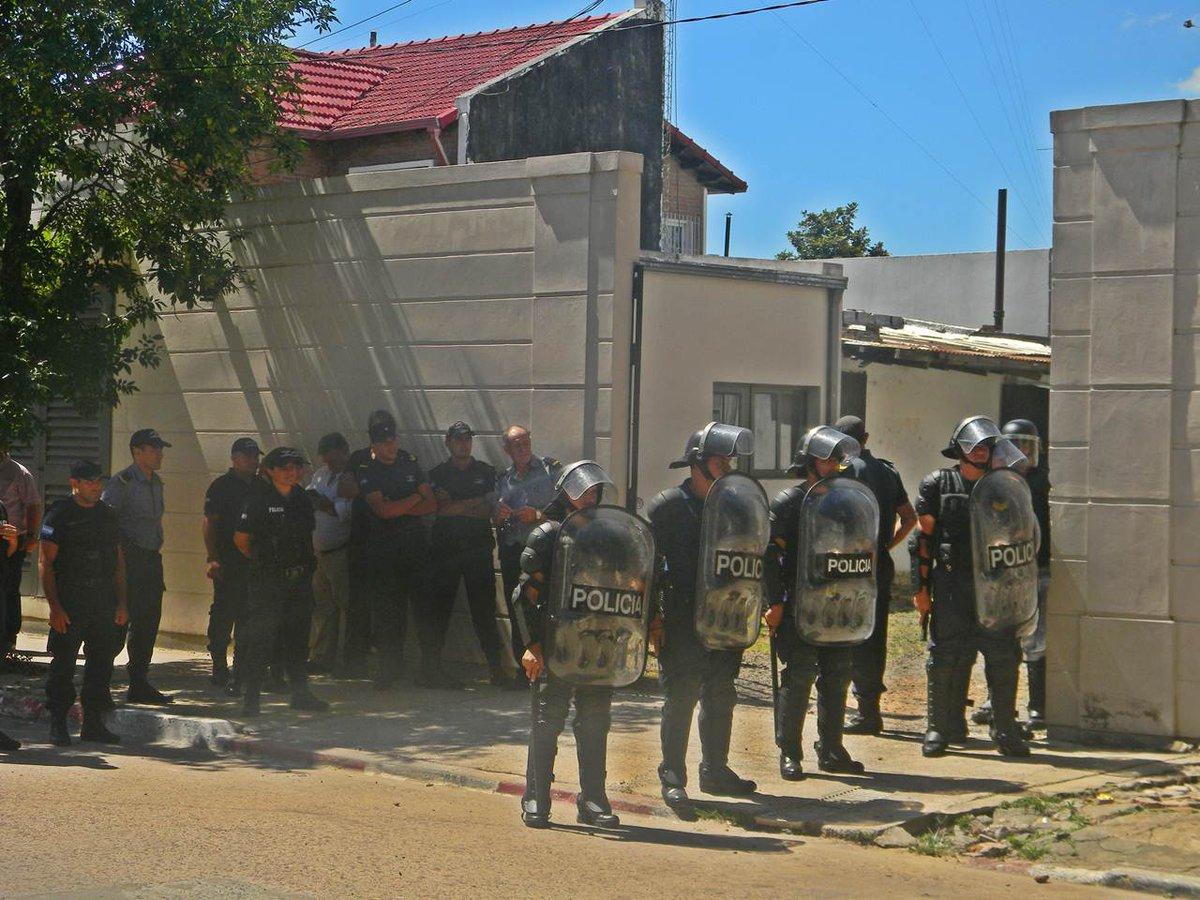 Cordón anti tumulto para la salida del productor hortícola Nicolás Prieto, que fuera sobreseído en horas de la siesta. PH: @JuanCruzGoya