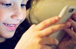nina-con-celular