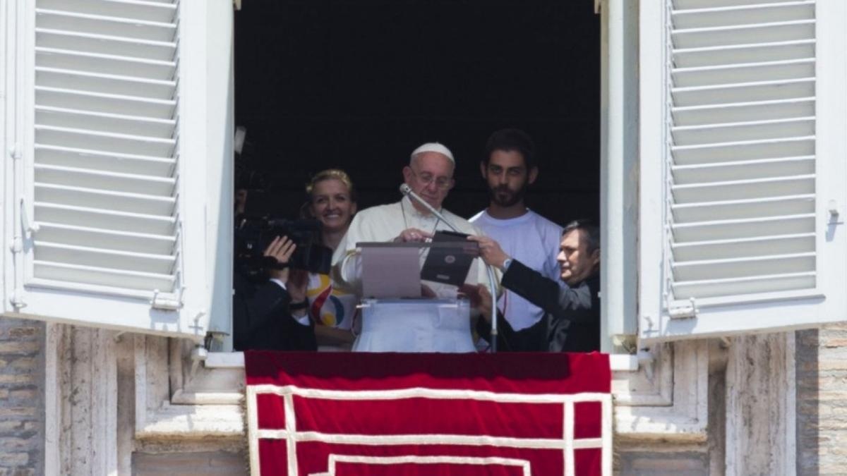 papa-francisco-tablet-balcon