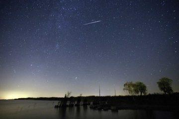 MOERBISCH AM SEE (AUSTRIA) Fotografía tomada a cámara lenta que muestra una lluvia de estrellas sobre el lago Neusiedlersee cerca de Moerbisch am See, Austria, el 12 de agosto 2016. Las Perseidas son vistas cada mes de agosto cuando la Tierra pasa a través de un flujo de escombros dejados por el cometa Swift-Tuttle.