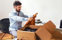 cliente abriendo caja de ropa