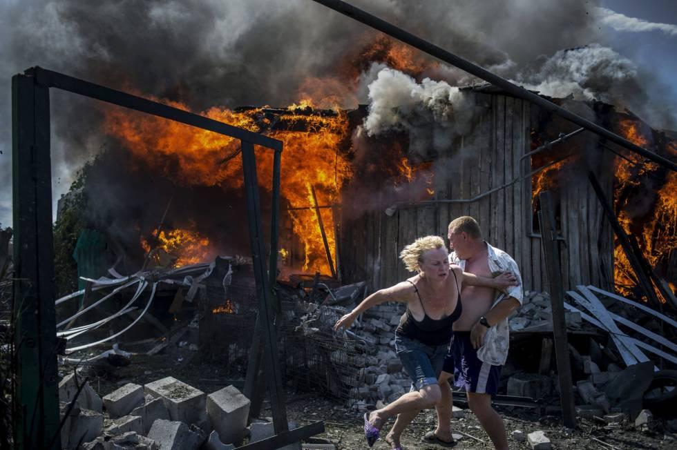 Imagen de la fotógrafa Valery Melnikov, de la agencia Rossiya Segodnya, ganadora del primer premio de la categoría 'Proyectos de Largo Recorrido'. La serie fotográfica, llamada 'Días Negros en Ucrania', muestra a víctimas del conflicto ucraniano en la localidad de Luganskaya donde muchos sufren la muerte de amigos y familiares, la pérdida de hogares y la frustración de miles de personas.