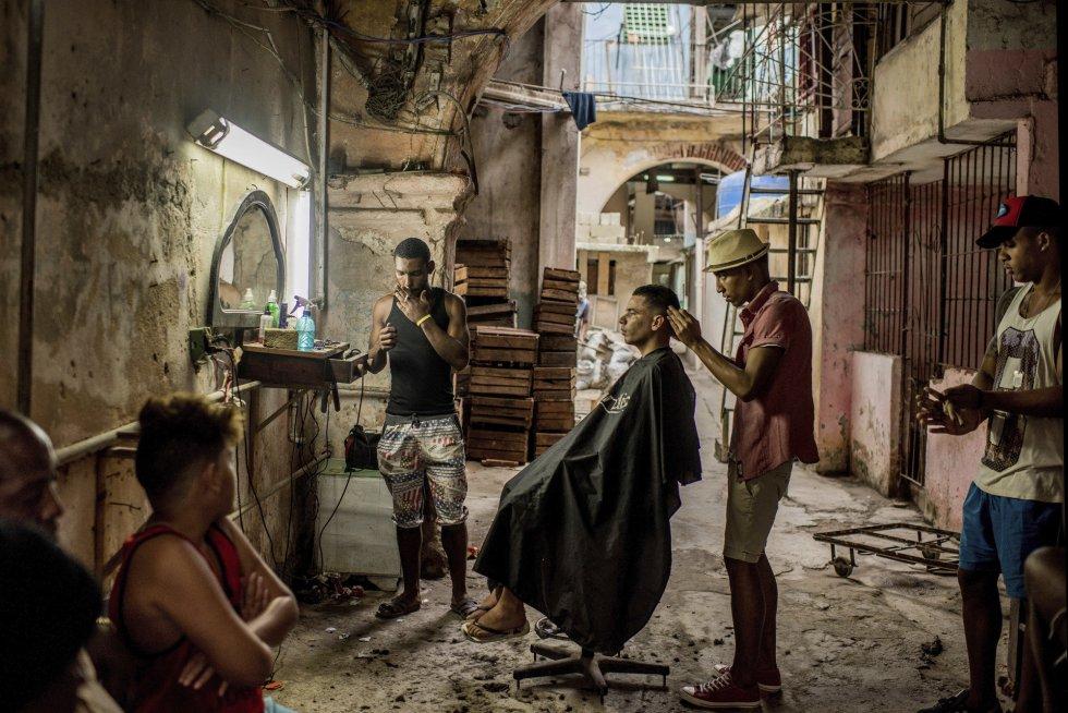 Imagen ganadora del primer premio World Press Photo en el apartado Historias de la categoría 'Vida Cotidiana', tomada por el fotógrafo chileno del diario The New York Times, Tomás Munita. La imagen muestra una vieja barbería en la Habana Vieja (Cuba), en diciembre de 2016.
