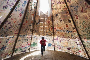 Primer premio en la categoría de Temas Contemporáneos, captada por la fotógrafa canadiense Amber Bracken y titulada 'Standing RockPhoto'. Muestra a un niño en el interior de una tienda de campaña en el campamento de la piedra sagrada, en Estados Unidos.