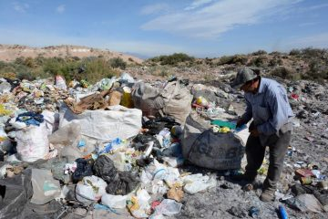 hombre revisando basura