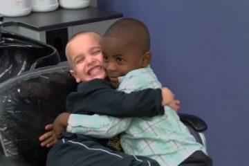 niños abrazados