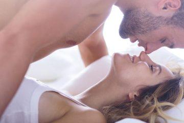 pareja en la cama en extasis